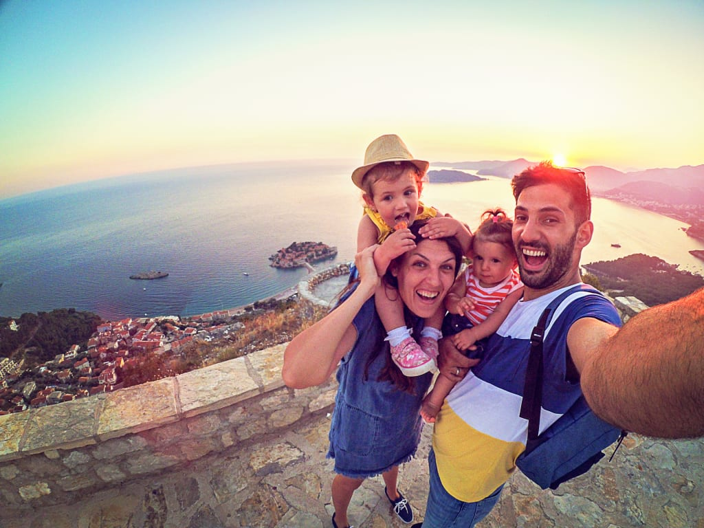 Une famille prenant un selfie