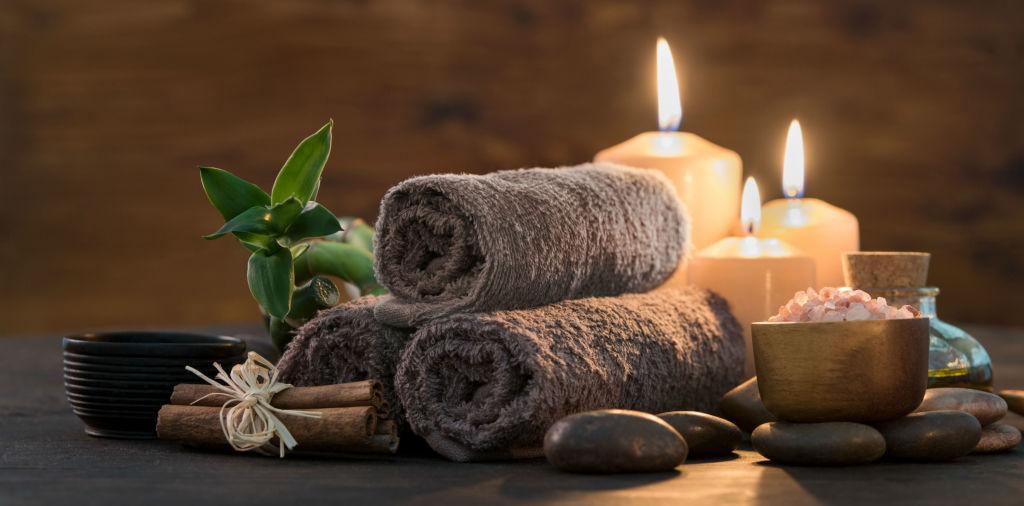 Kerzen und Handtücher für den Wellnessurlaub