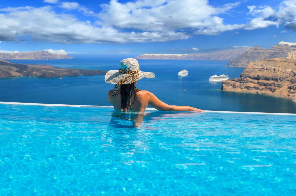 Femme dans une piscine à Santorin, Grèce