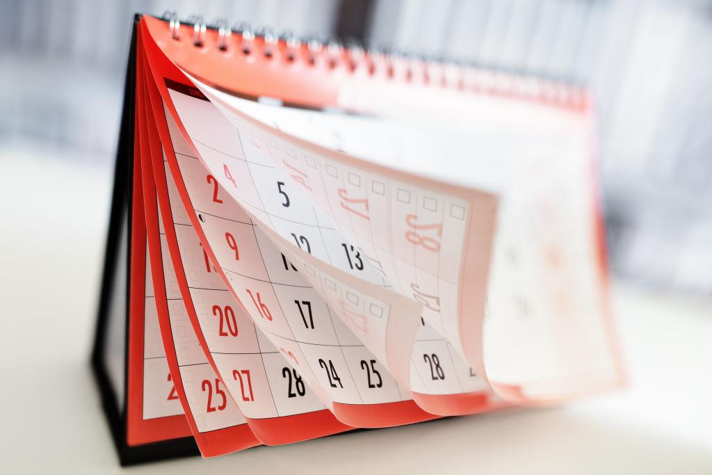 Mois et dates affichés sur un calendrier