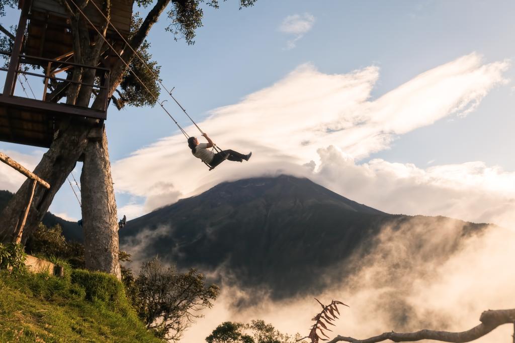 Une femme sur une balançoire dans les montagnes