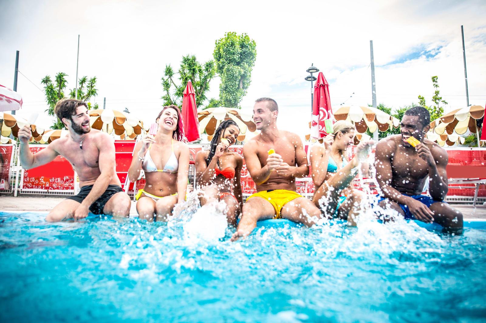 Junge Leute auf einer Poolparty