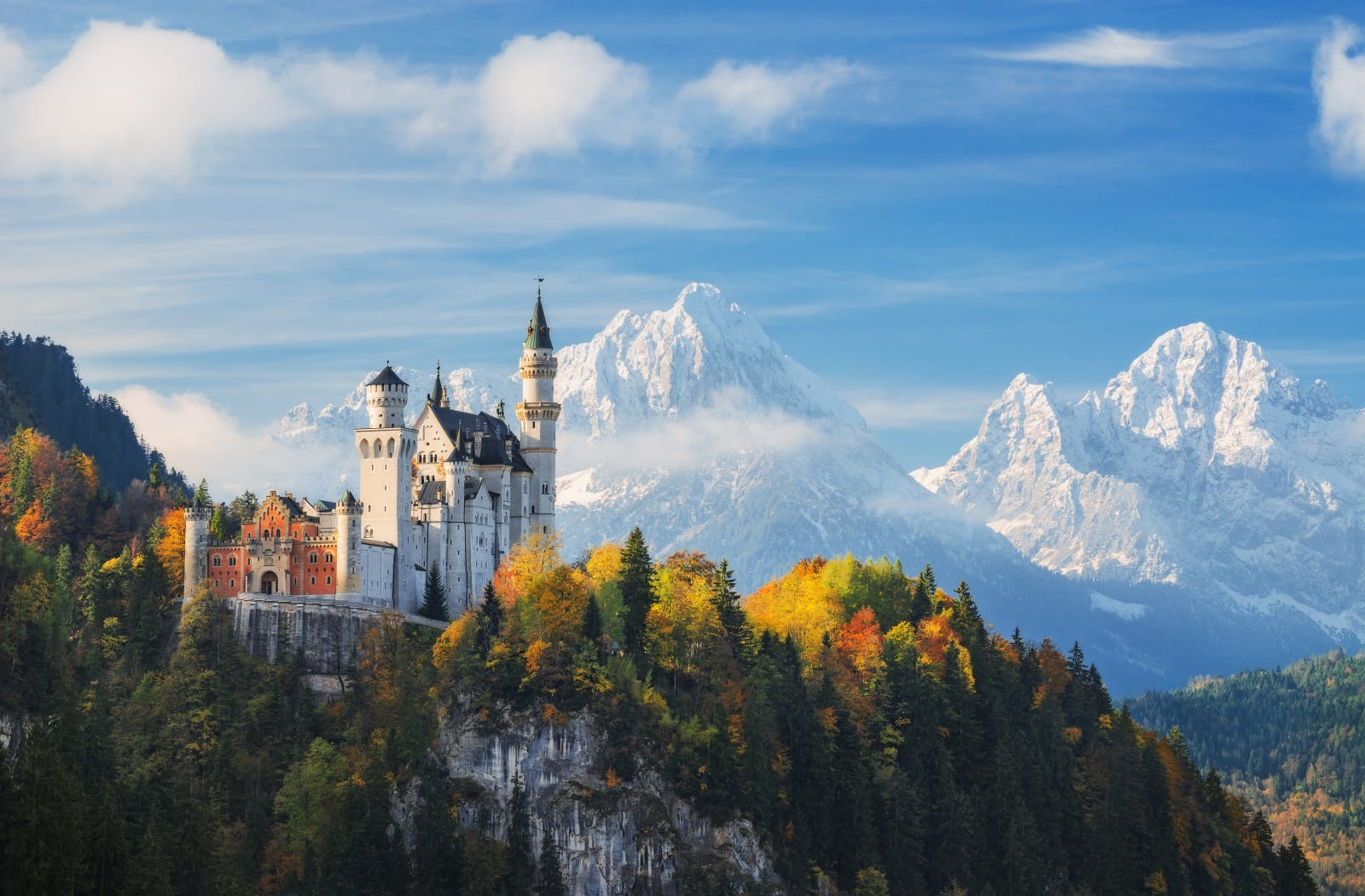 Schloss Neuschwanstein vor einer Bergkulisse