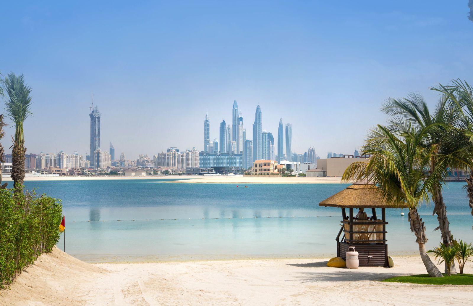 Strand mit Blick auf Dubai
