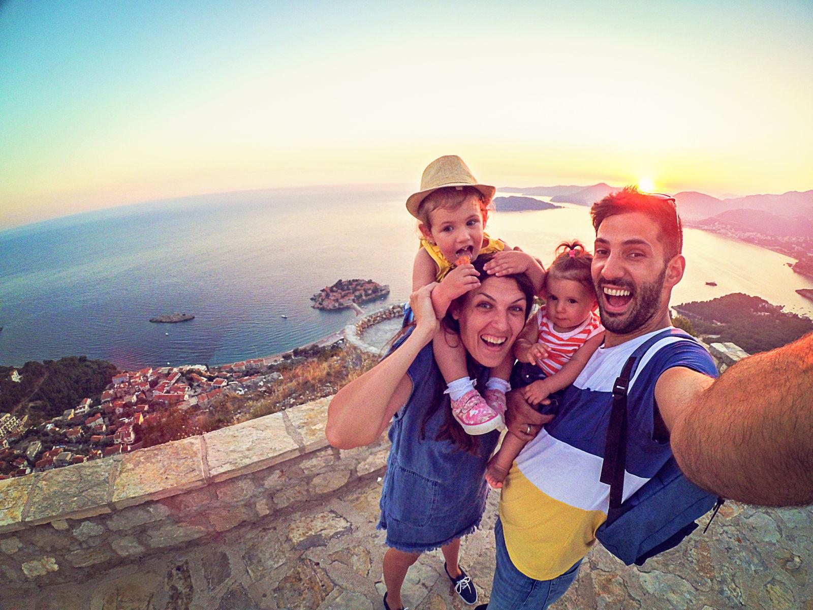 Familie macht ein Selfie in Italien