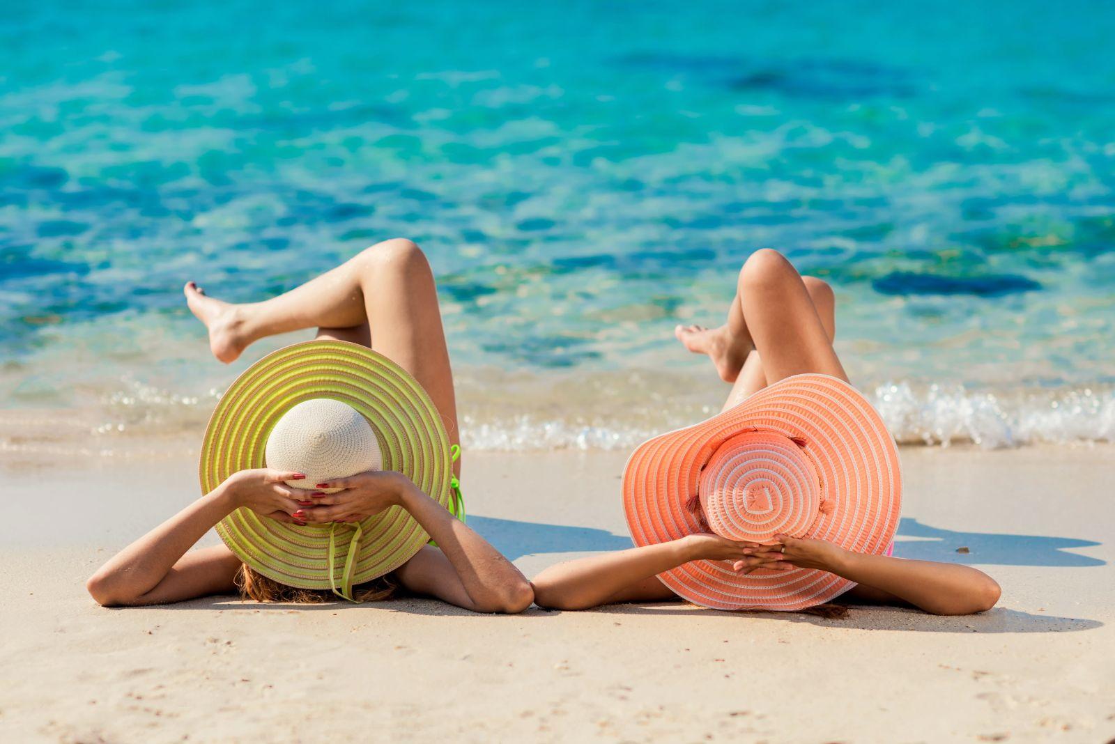 Zwei Frauen entspannen am Strand