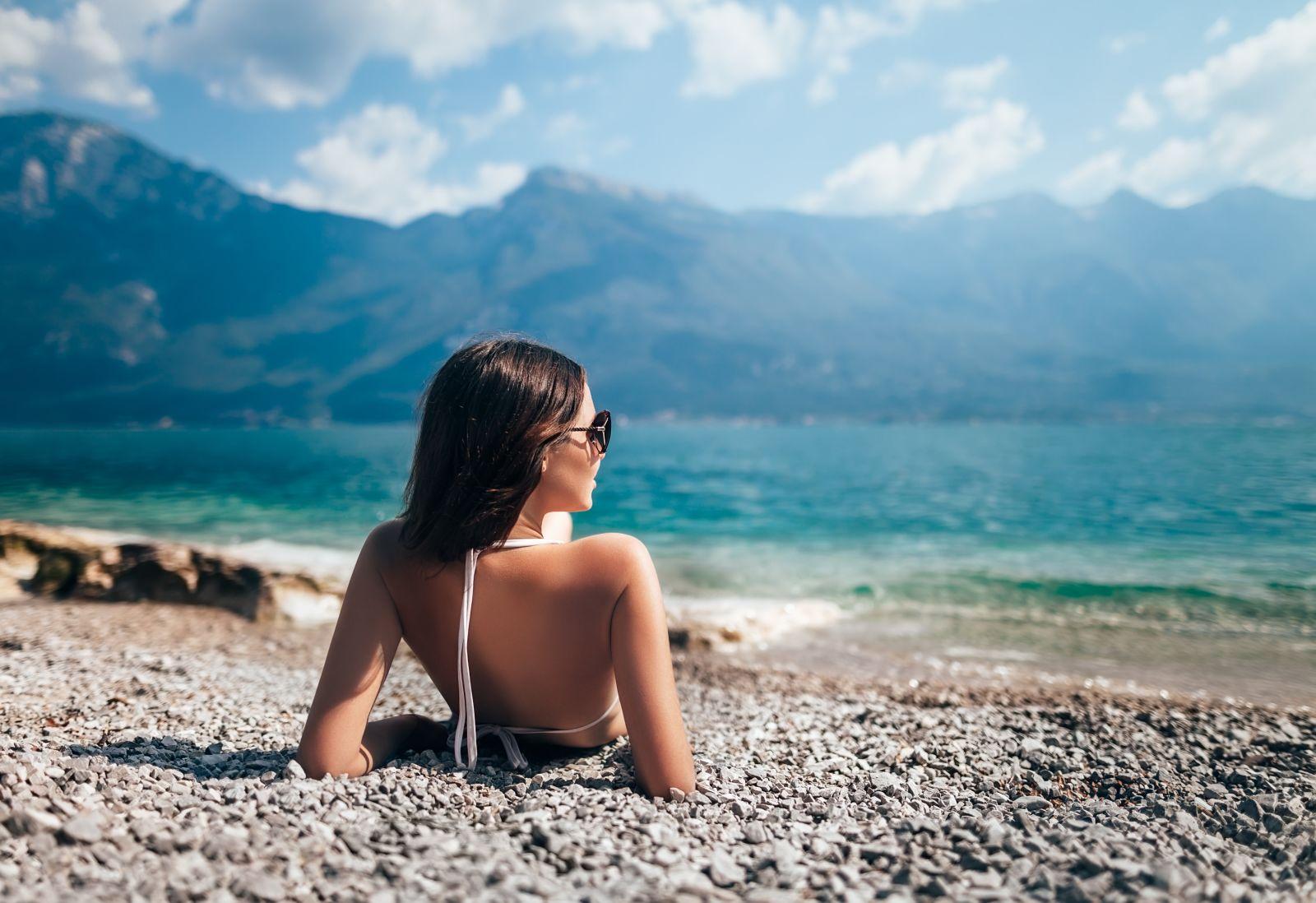 Frau am Sonnen am Gardasee, Italien