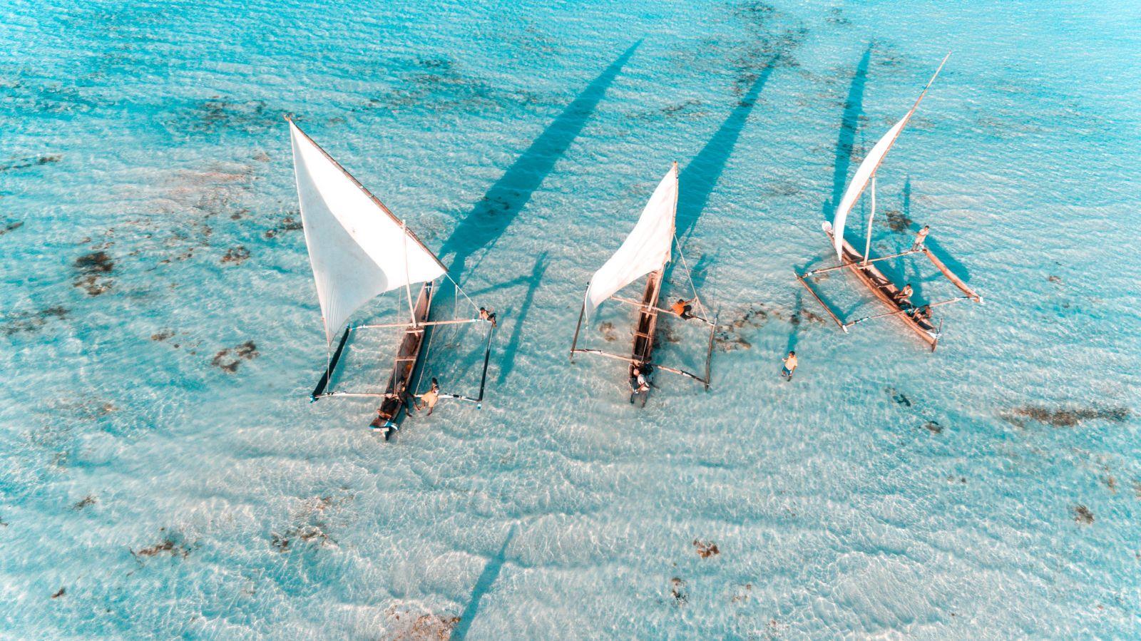 Traditionelle Boote vor der Küste von Sansibar