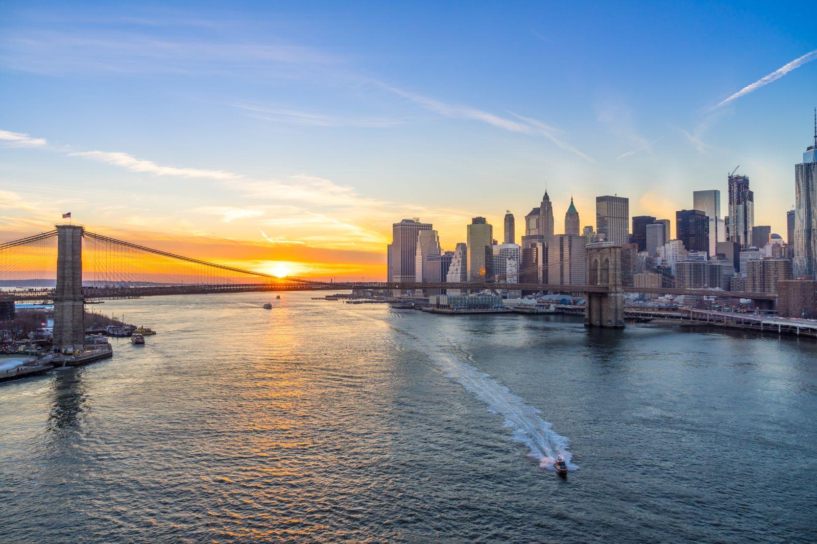 Blick auf die Brooklyn Bridge und Manhattan Skyline bei Sonnenuntergang