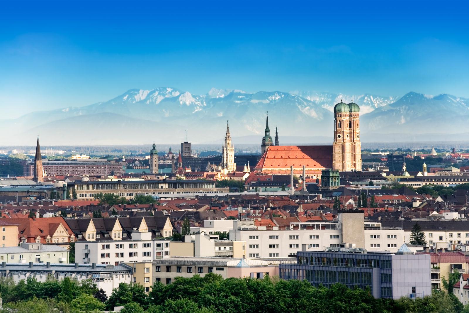 Skyline von München mit den Alpen im Hintergrund