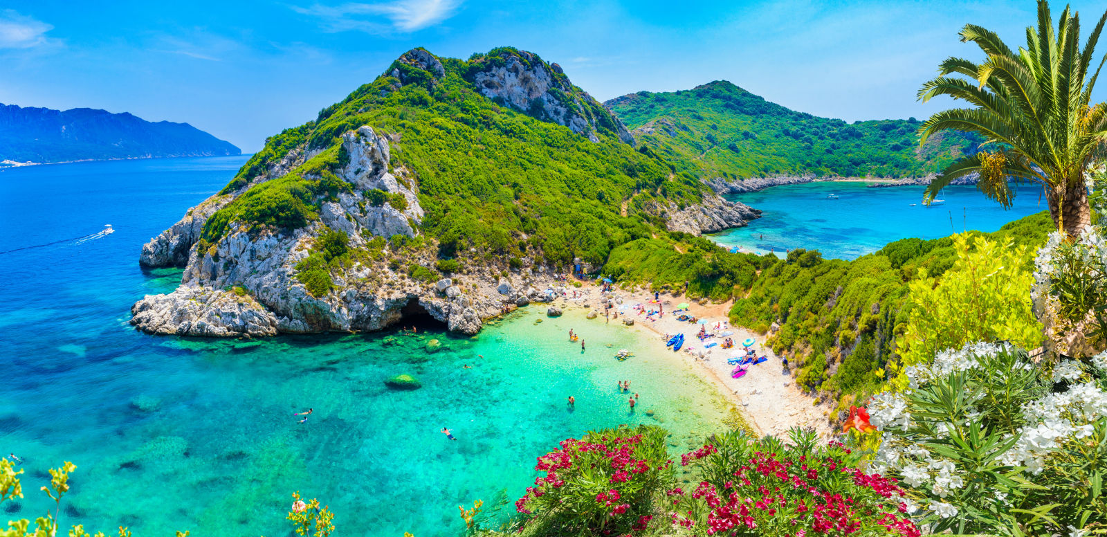 Bucht auf Korfu mit türkisblauem Wasser