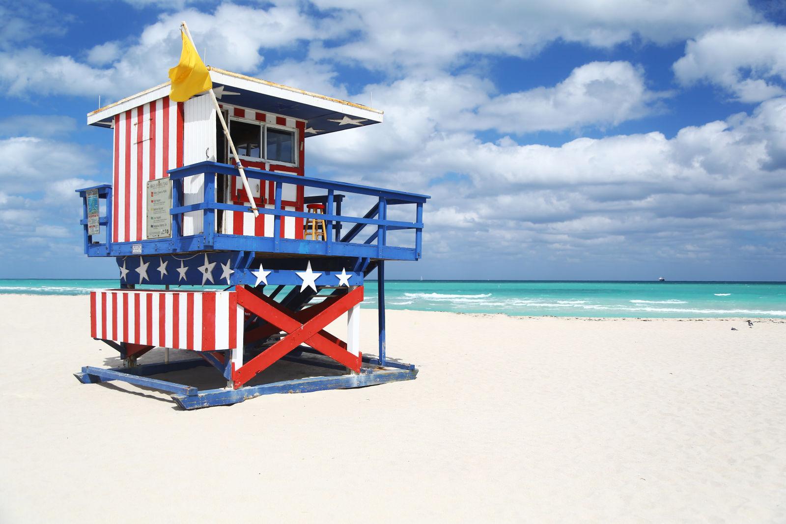 Rettungsschwimmerhütte bemalt mit den Farben der amerikanischen Flagge in Miami Beach, Miami, USA