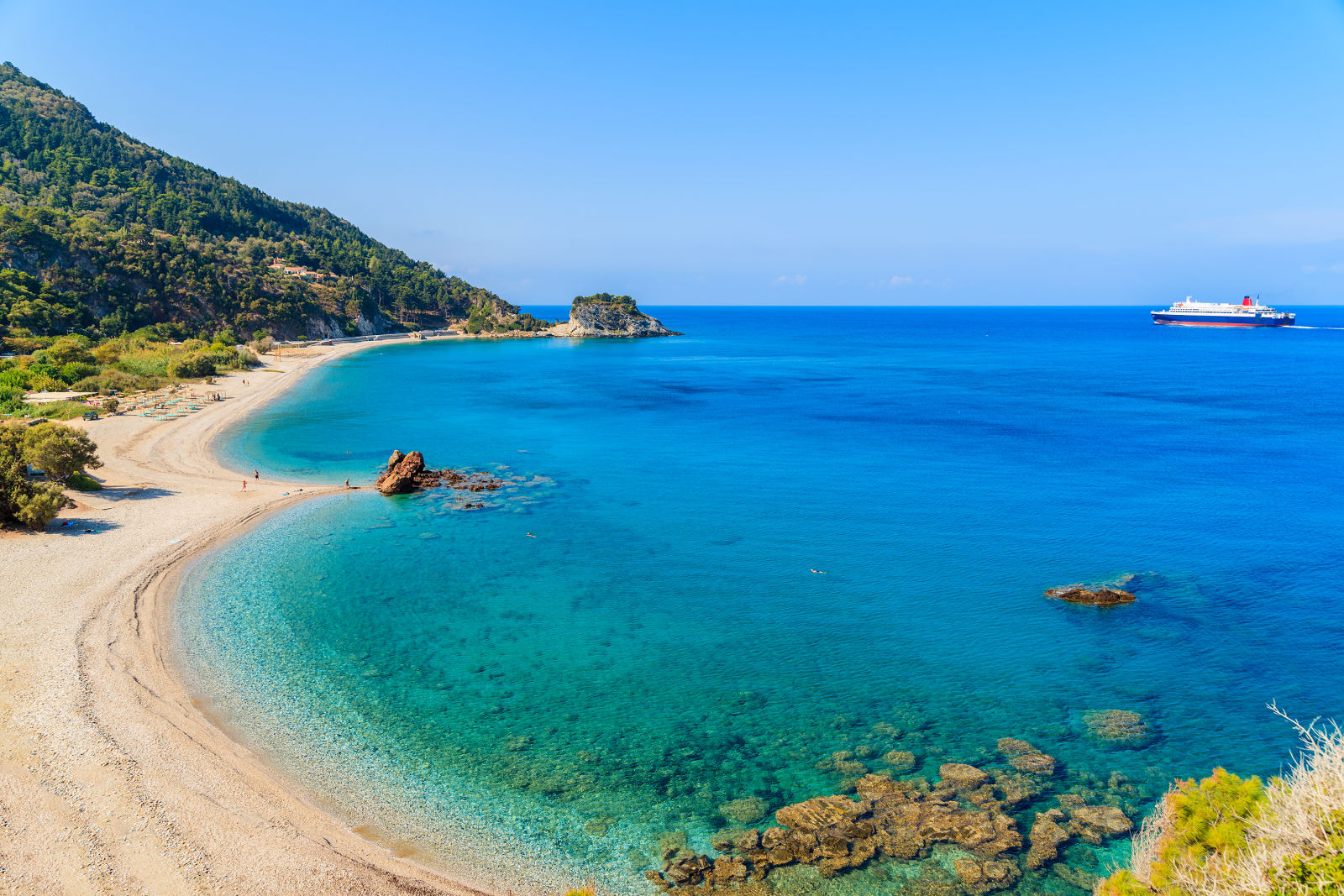 Blick auf den Strand in  Potami mit azurblauem Wasser, Insel Samos, Griechenland
