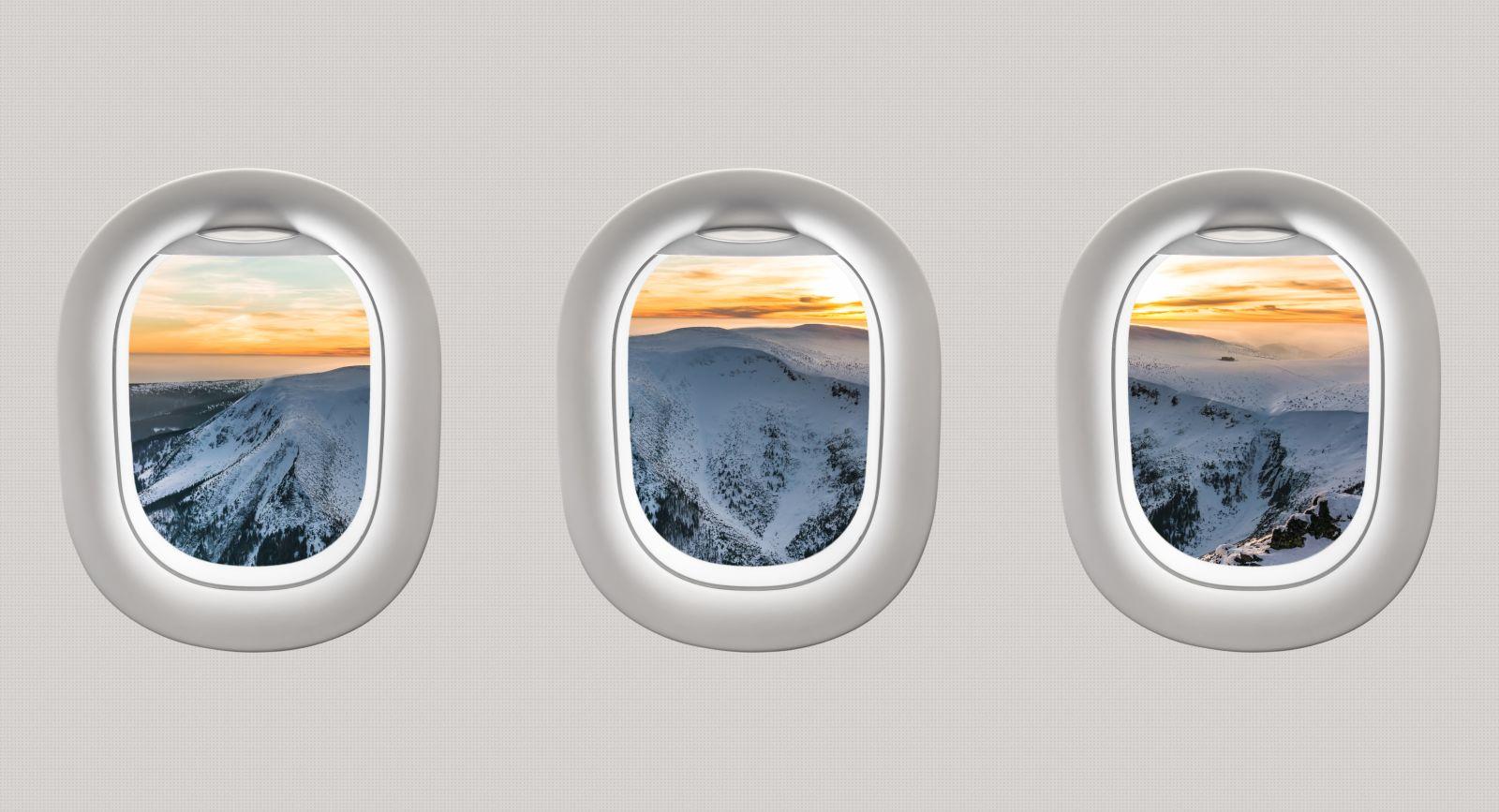 Blick aus den Fenstern eines Flugzeuges auf Berge