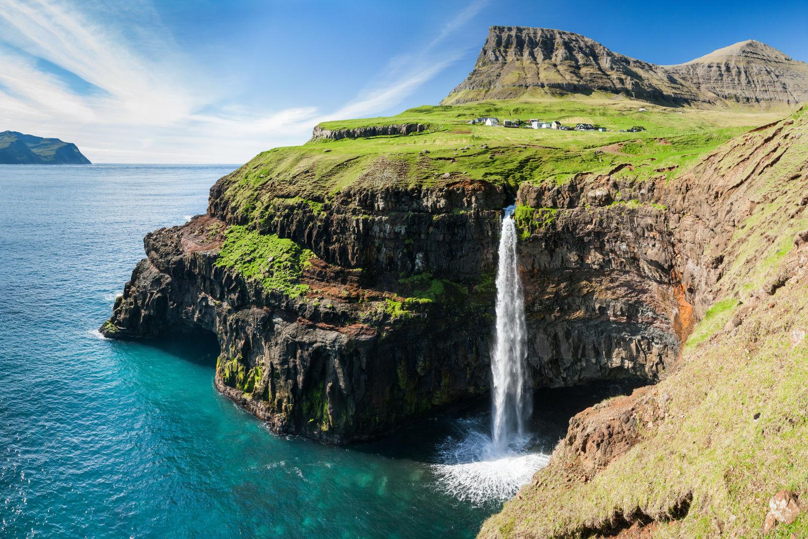 Wasserfall und Dorf in Gasadalur auf den Färöern