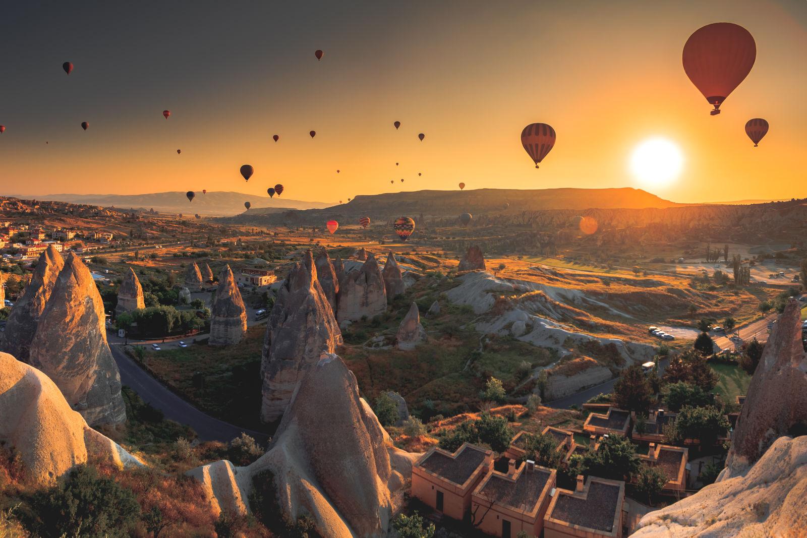 Heißluftballons steigen über Cappadocia auf