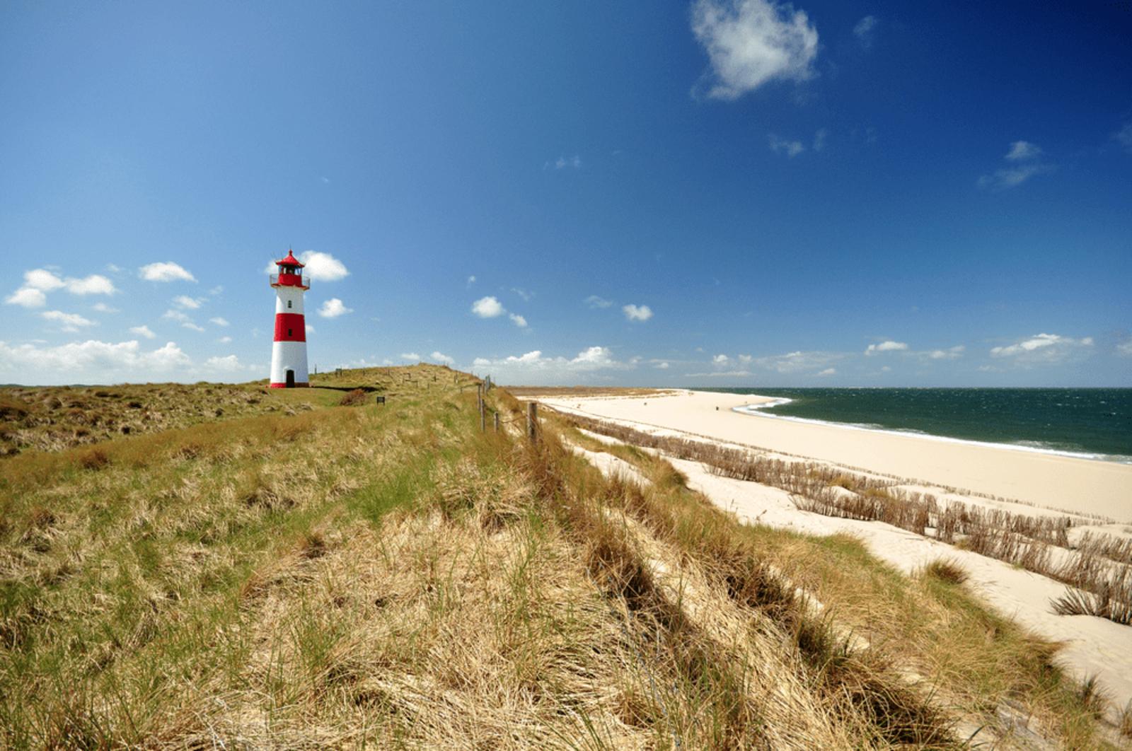 Leuchtturm am Strand der Nordsee