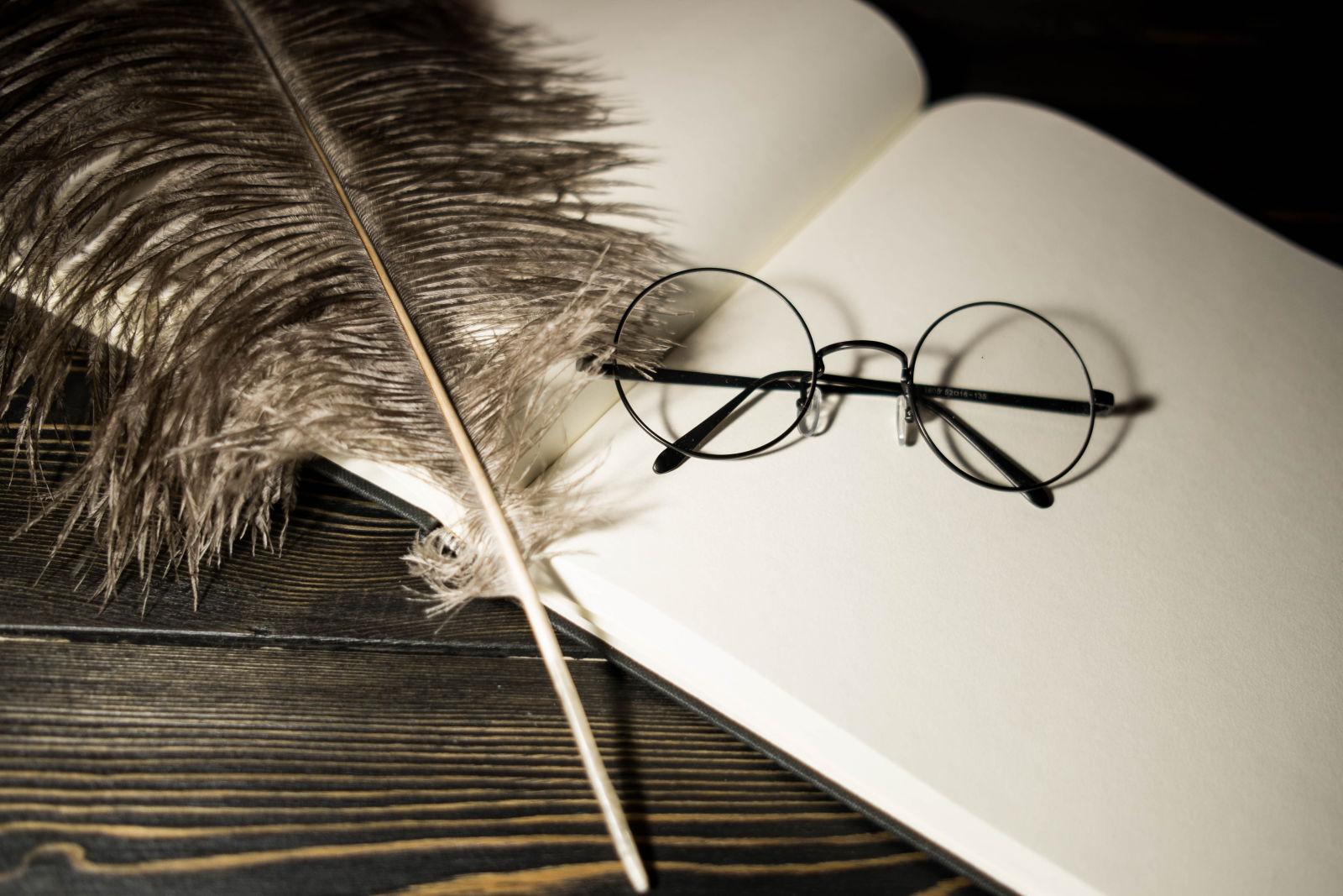 Brille und Federkiel auf einem Buch, Harry Potter