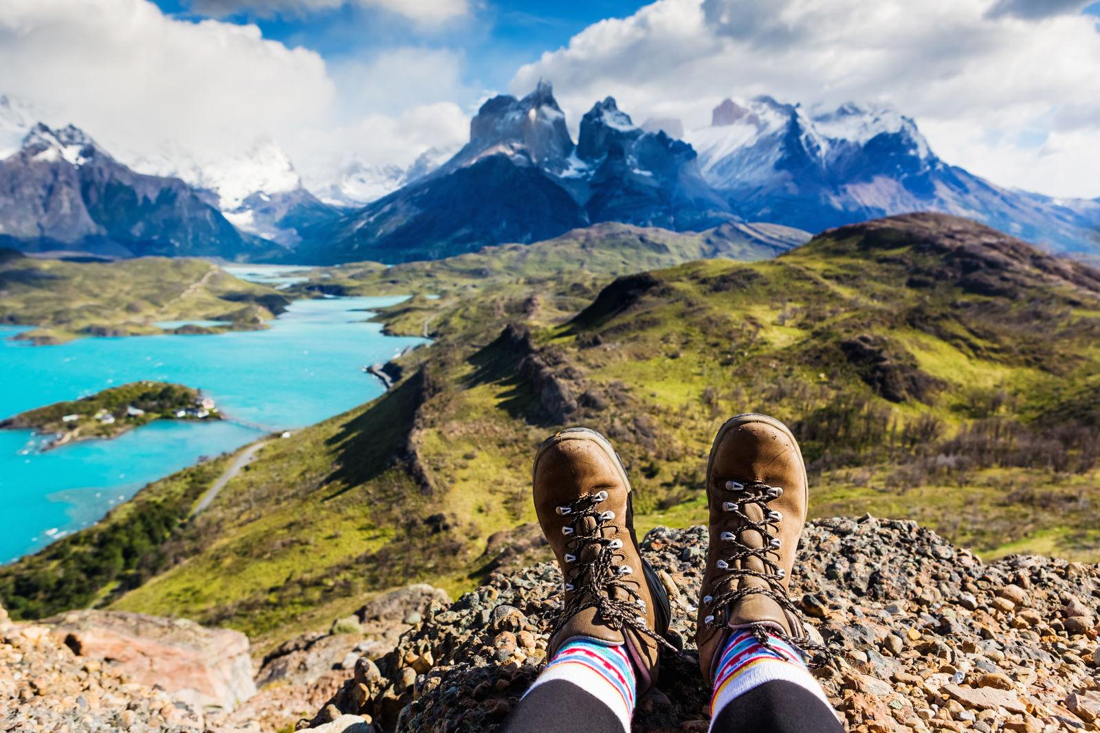 Wanderschuhe in den Bergen mit See