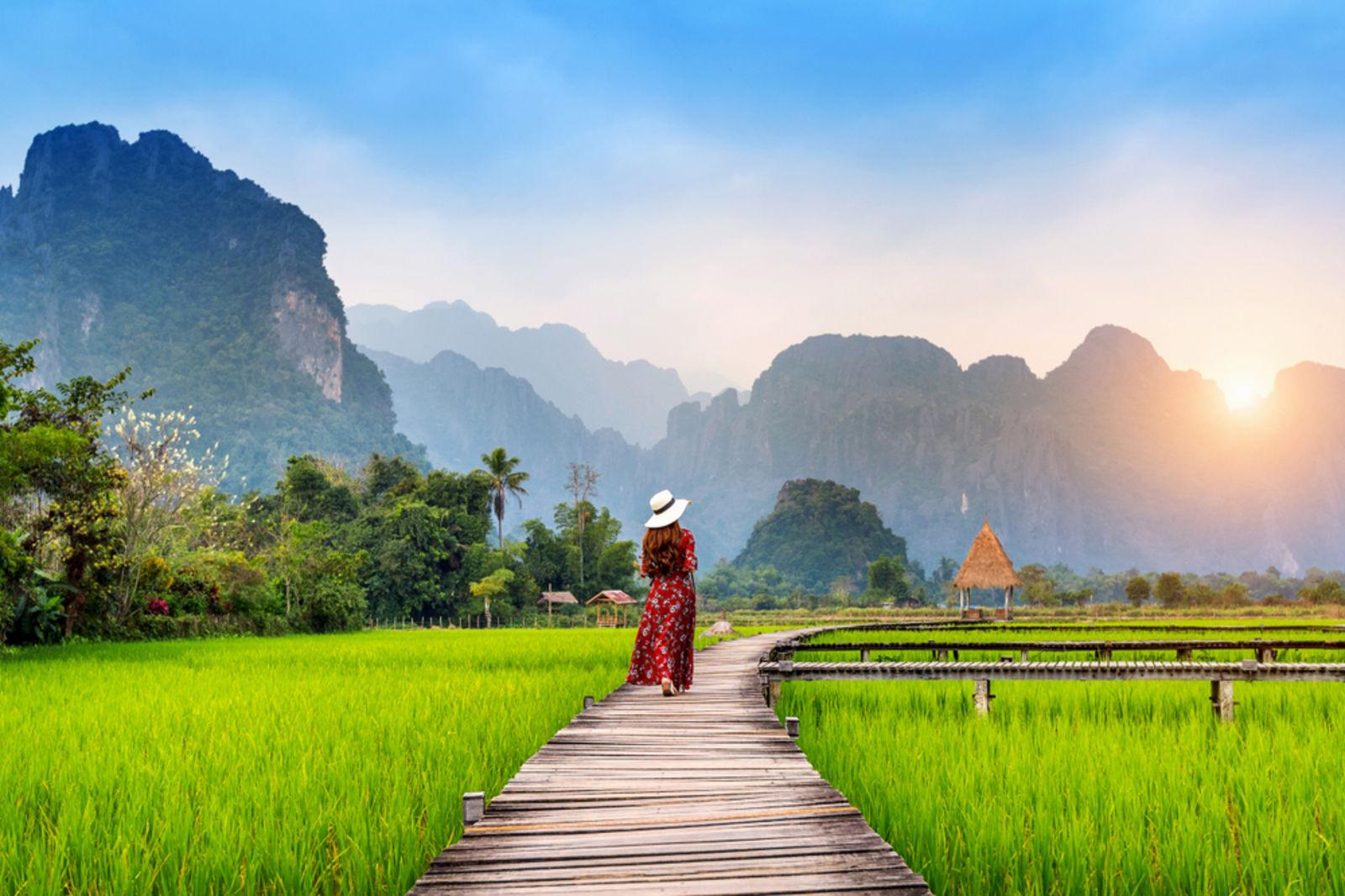 Frau in den Reisfeldern von Vang Vieng in Laos