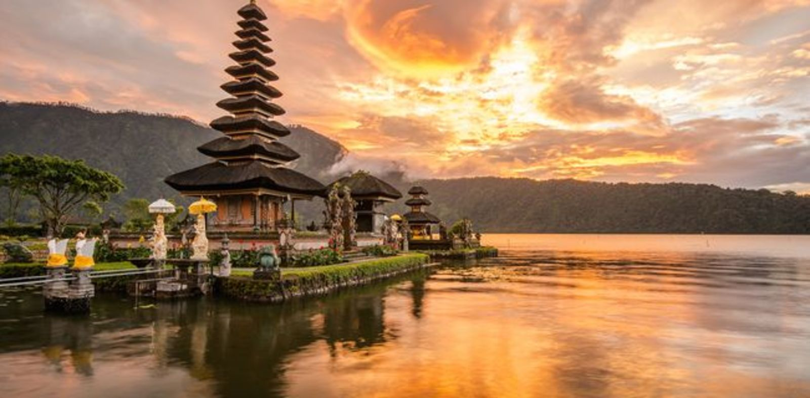 Tempel am Wasser in Bali bei Sonnenuntergang