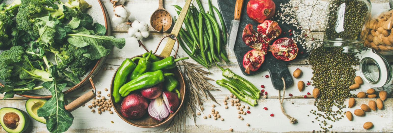 Veganes Essen mit Granatäpfeln und Peperoni