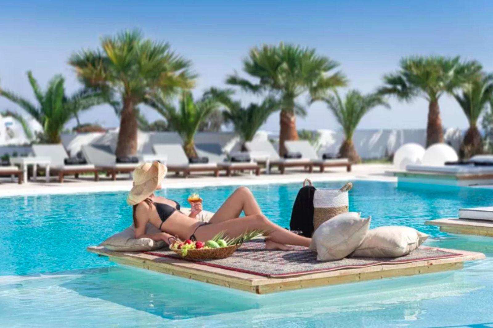 Mediterranean White, Pool