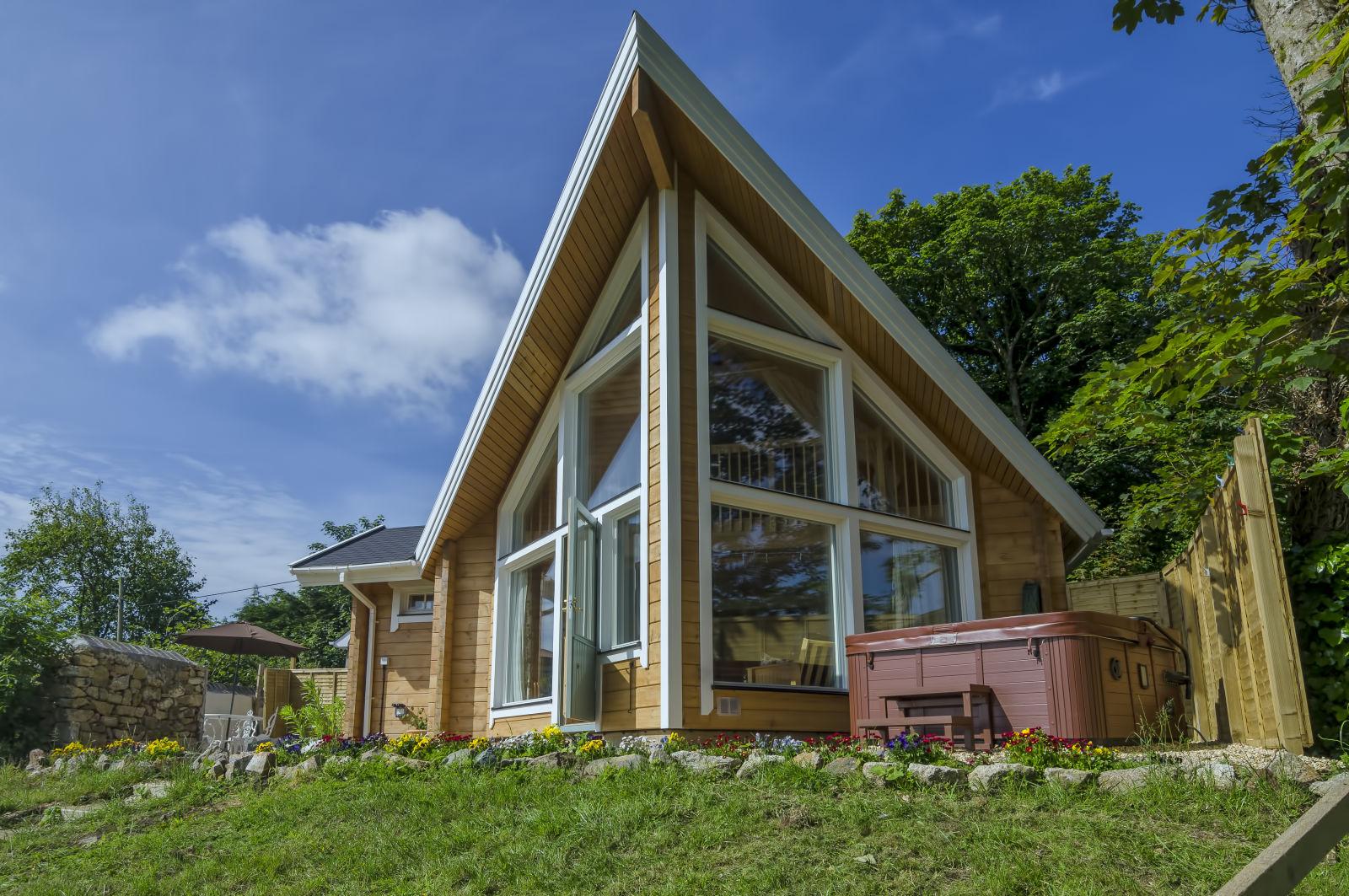 Scandi lodge Cornwall, Stunning Scandinavian Lodge with pool and hot tub, airbnb uk
