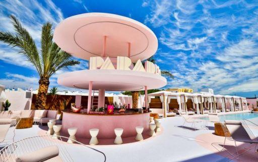 Spectaculair roze designhotel op Ibiza
