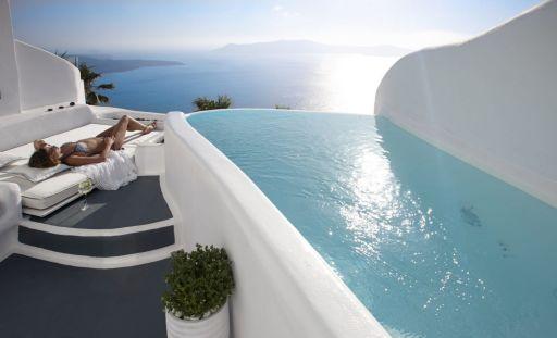 Esta villa en Santorini con infinity pool te hará creer en el amor a primera vista