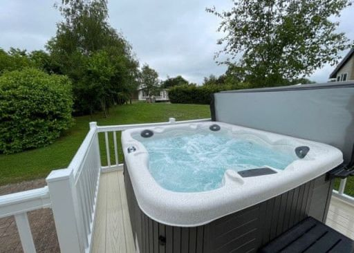 Brand-new gorgeous Midlands lodge w/hot tub! Stay 3nts or more (sleeps 4)
