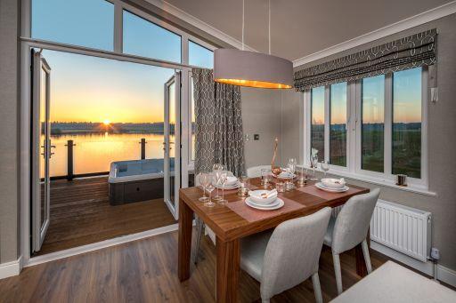 Luxury Cheshire lodge w/lake views & hot tub! Stay 4nts (sleeps 6)