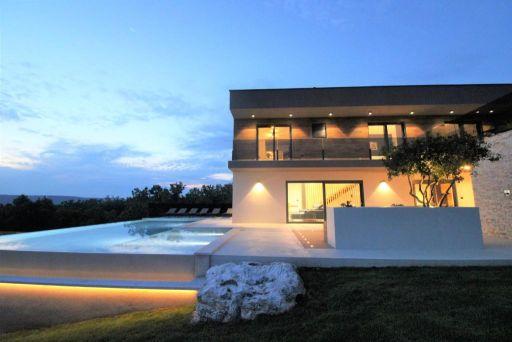 Eigene 242 m² Villa mit Infinity-Pool
