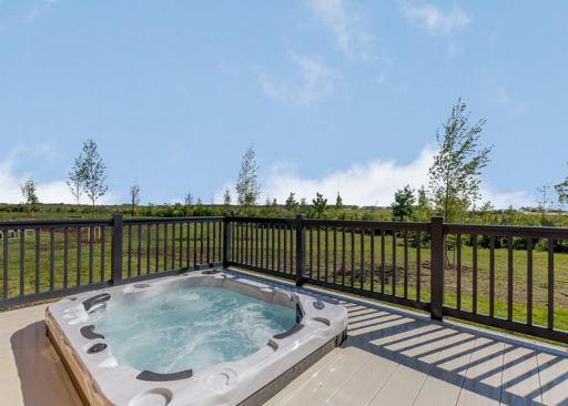 Massive Midlands lodge sleeps TEN & has a hot tub! Stay for 4nts