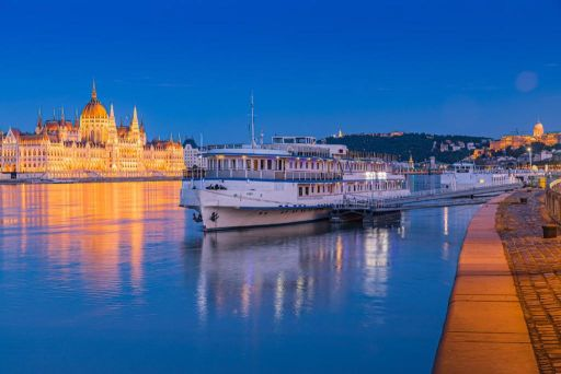 Puente de Octubre en Budapest en hotel-barco con vistas al Parlamento ⛴