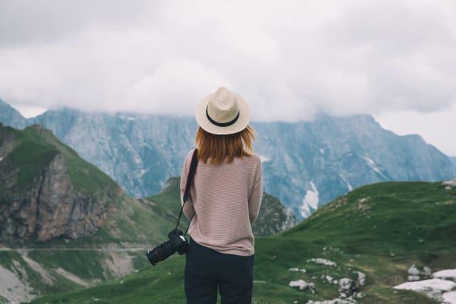 Frau auf einer Singlereise in den Bergen