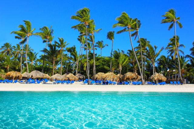 Chaises de plage sur une plage tropicale en République Dominicaine
