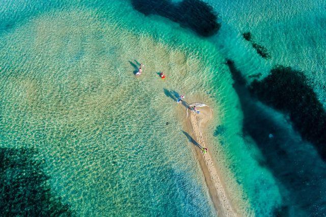 Blick von oben auf einen Strand von Chalkidiki
