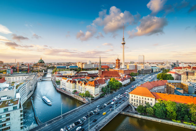 fernsehturm und die spree in berlin