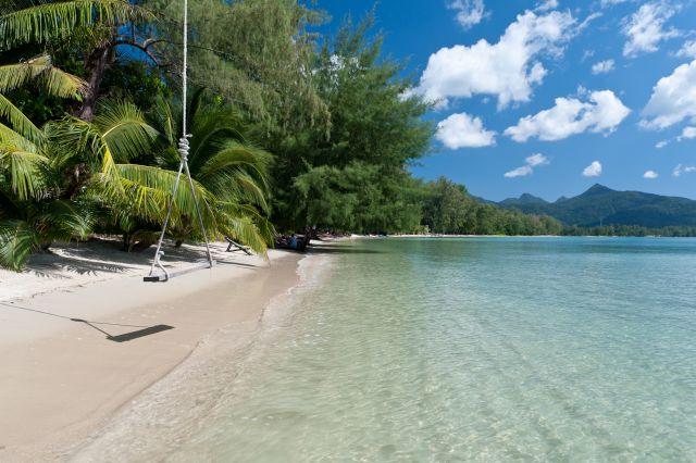 Koh Chang Strand mit Palmen und Schaukel