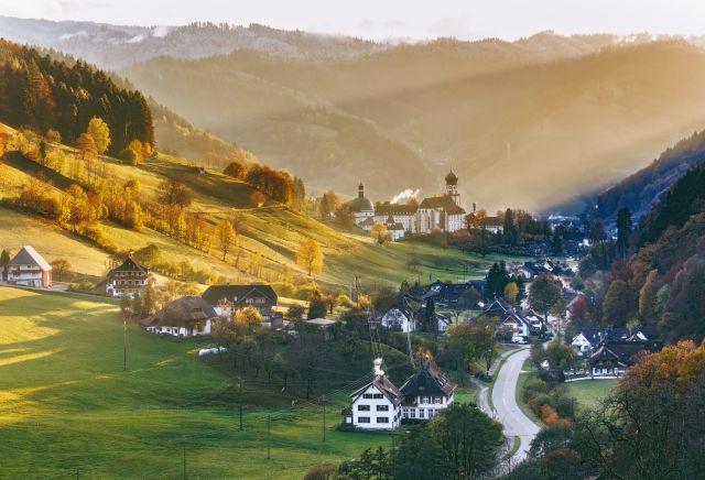Kleines Dorf im Tal des Schwarzwaldes