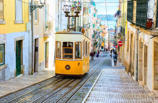 altmodische tram in lissabon