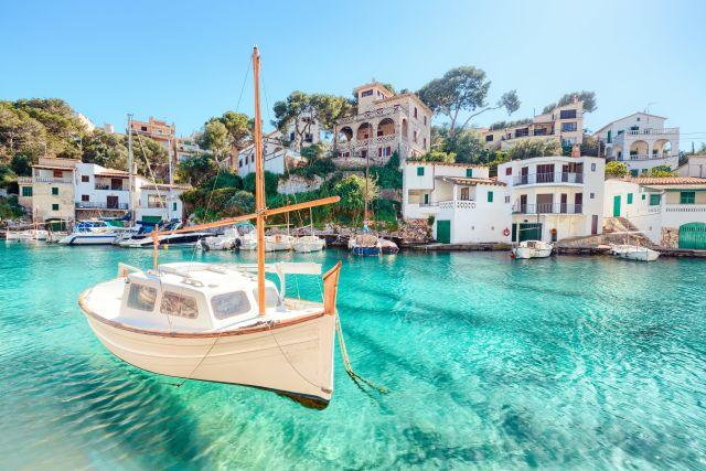 Boot vor einem kleinen Hafen in Mallorca