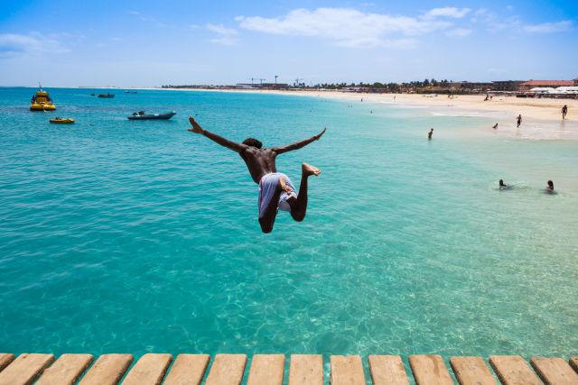 Homme sautant dans la mer à Praia, Cap-Vert