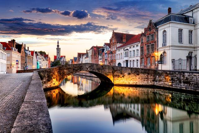 Kanal und Brücke in Brügge, Altstadt