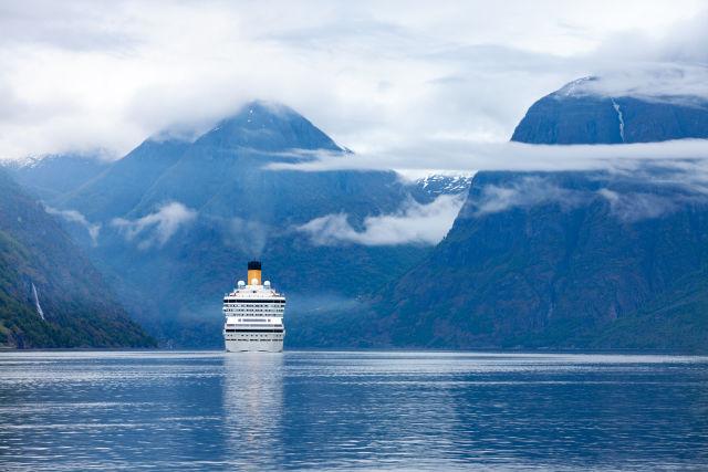 Kreuzfahrtschiff in den Fjorden von Norwegen