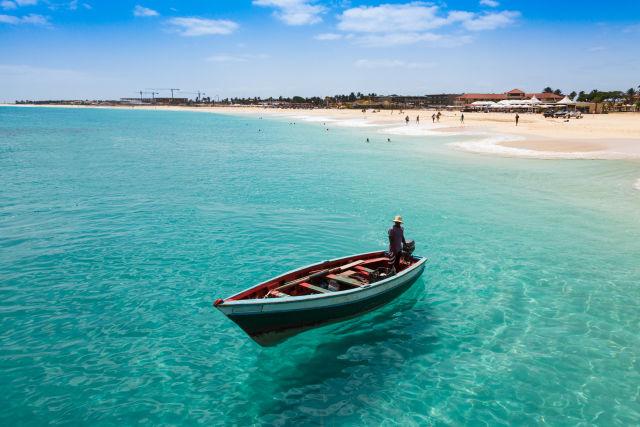 Ein Strand und Fangschiff in Kap Verde