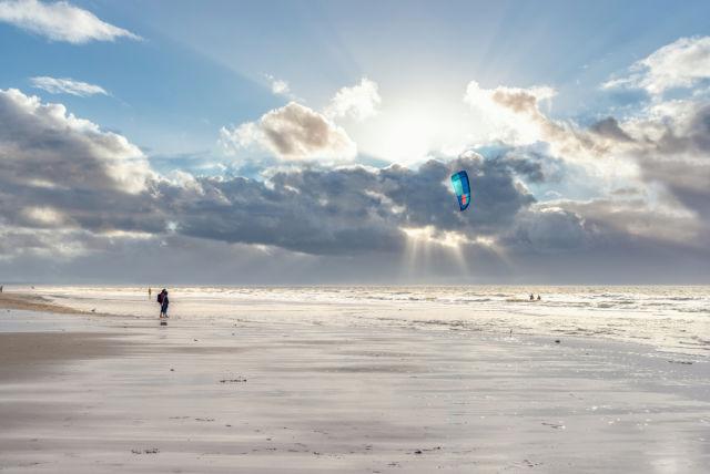 Drachensteigen am Strand von Sankt Peter Ording, Nordfriesland
