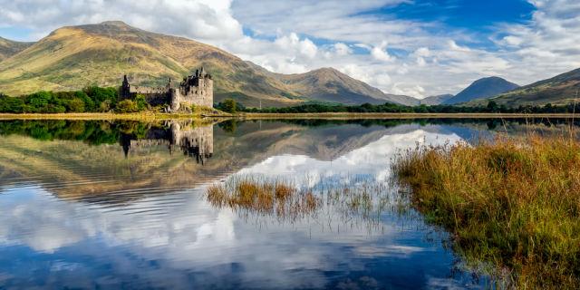 Kilchurn Schloss neben einem Loch in Scotland
