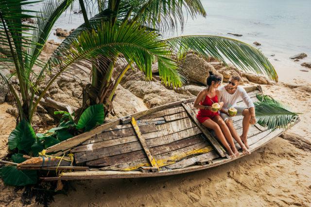 Pärchen in den Flitterwochen an einem Strand auf den Malediven